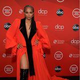 Auch Sängerin Ciara setzt in ihrem Knaller-Dress auf einen verführerischen Beinausschnitt. Doch anders als Kristin Cavallari betont sie außerdem in einem tiefen V-Ausschnitt ihr Dekolleté. Warum auch entscheiden, wenn man beides hervorhebenkann?