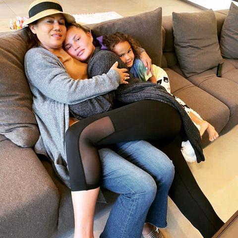 Chrissy Teigen mit ihrer Mutter Pepper und Tochter Luna