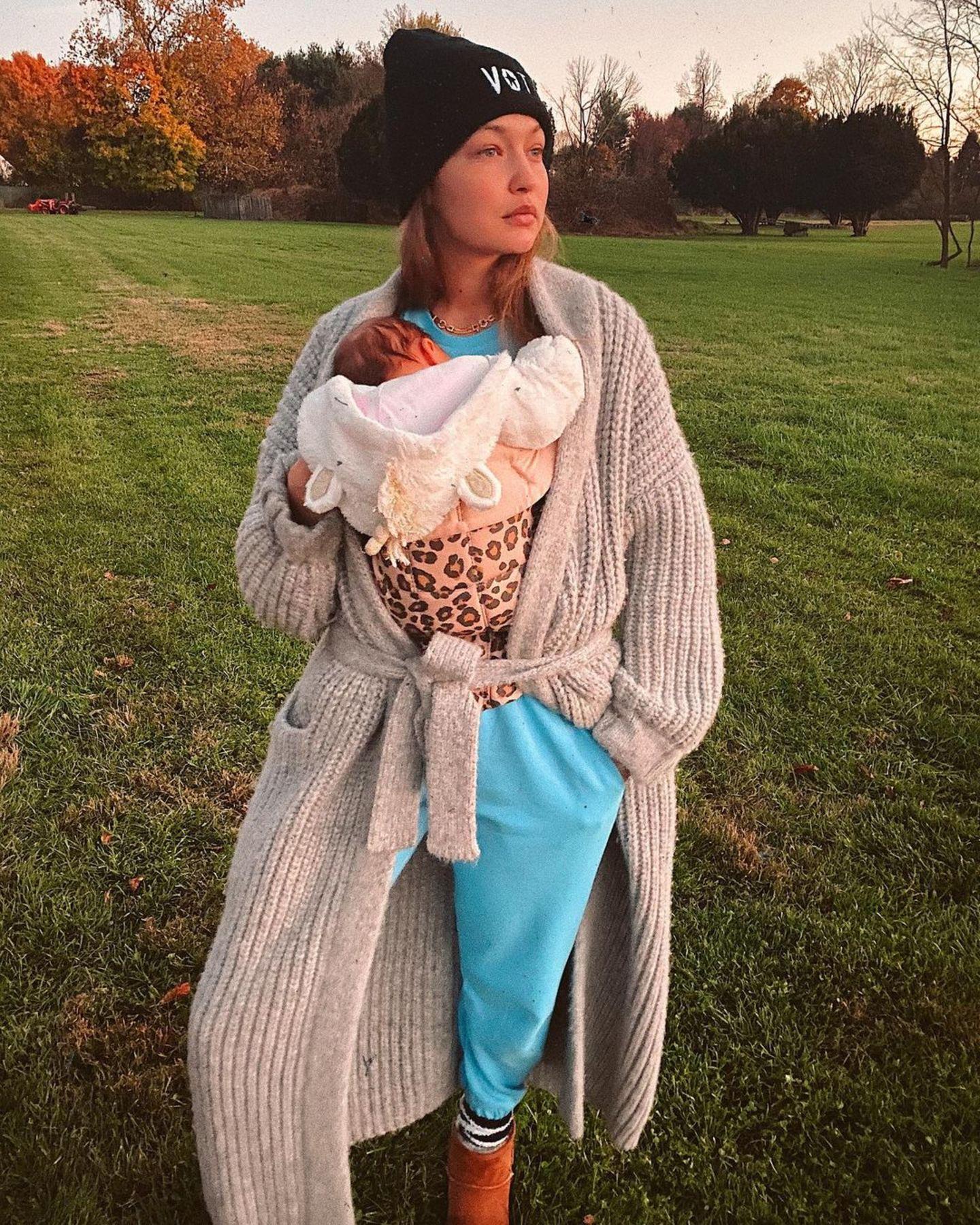 Knapp zwei Monate nach der Geburt ihrer Tochter zeigt sich Gigi ganz casual in Jogginganzug und kuscheligem Cardigan. Ihre Figur scheint unter dem bequemen Lagenlook so schlank wie vor der Schwangerschaft. Während sie in ihrem Instagrampost stolz von ihrer Weihnachtsdeko berichtet, haben ihre Follower jedoch nur Augen für ihre Kleine und überschütten ihren Post mit Herzaugenemojis.