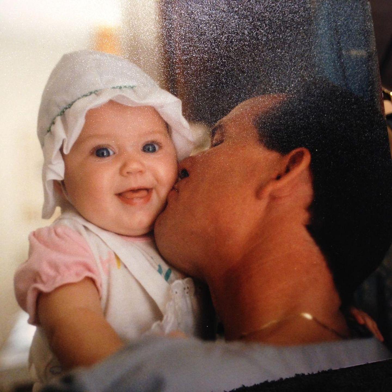 Katy Perry  Diese niedliche Knutschkugel ist nicht etwas Katy Perrys Tochter Daisy, wie manche ihrer Instagram-Fans zuerst dachten, es ist die Sängerin vor rund 35 Jahren selber, auf dem Armihres Vaters Keith. Und dieses Kinderfoto postete Katy aus einem ganz bestimmten Grund.