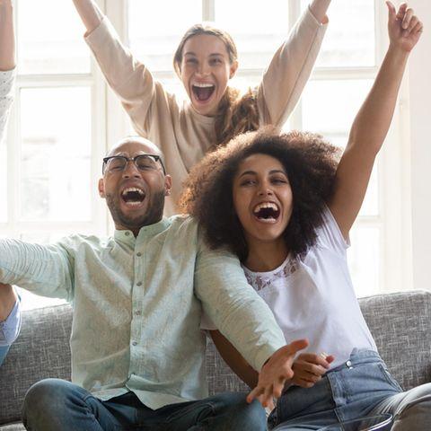 Gruppe von Menschen die sich freut
