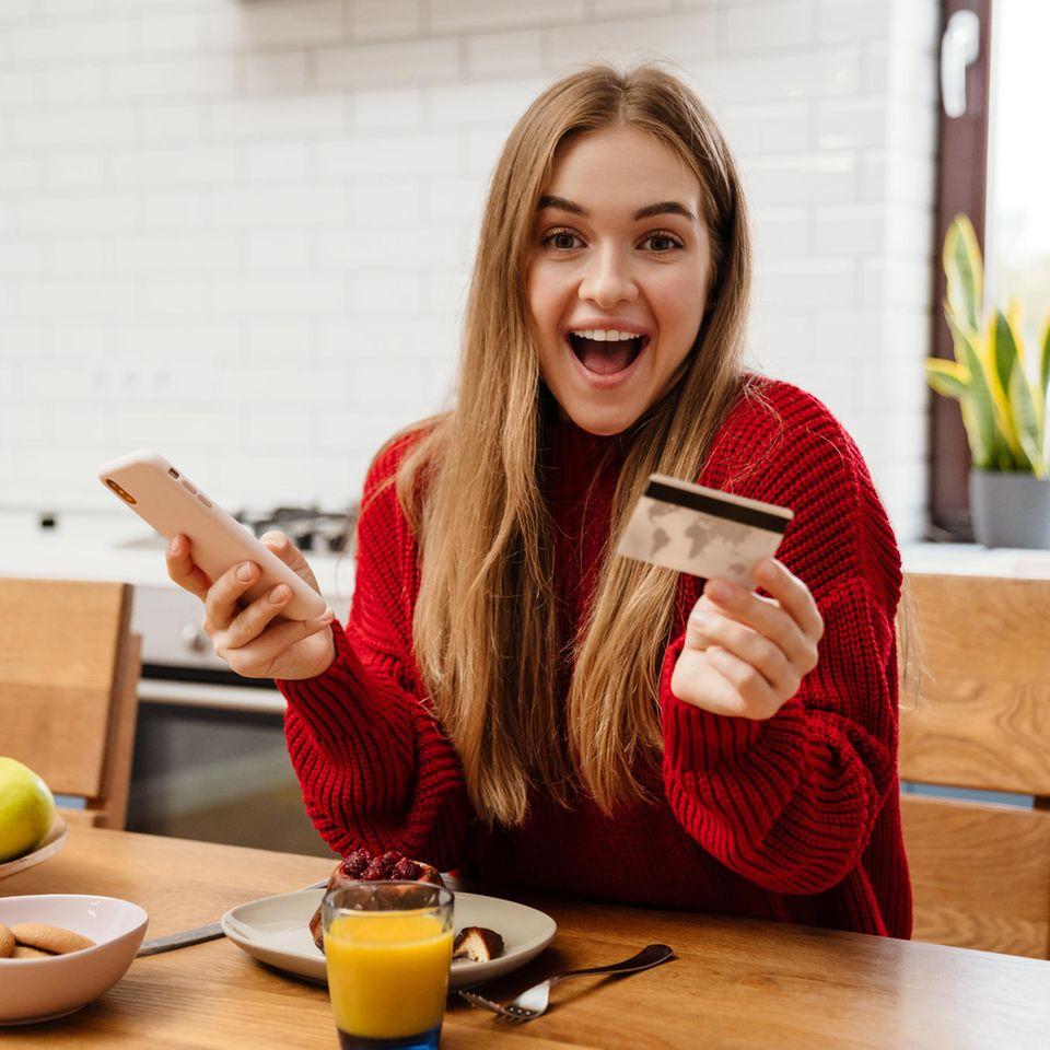 Cyber Monday 2020: Endspurt der Schnäppchenjagd, junge Frau, Notebook, Kreditkarte