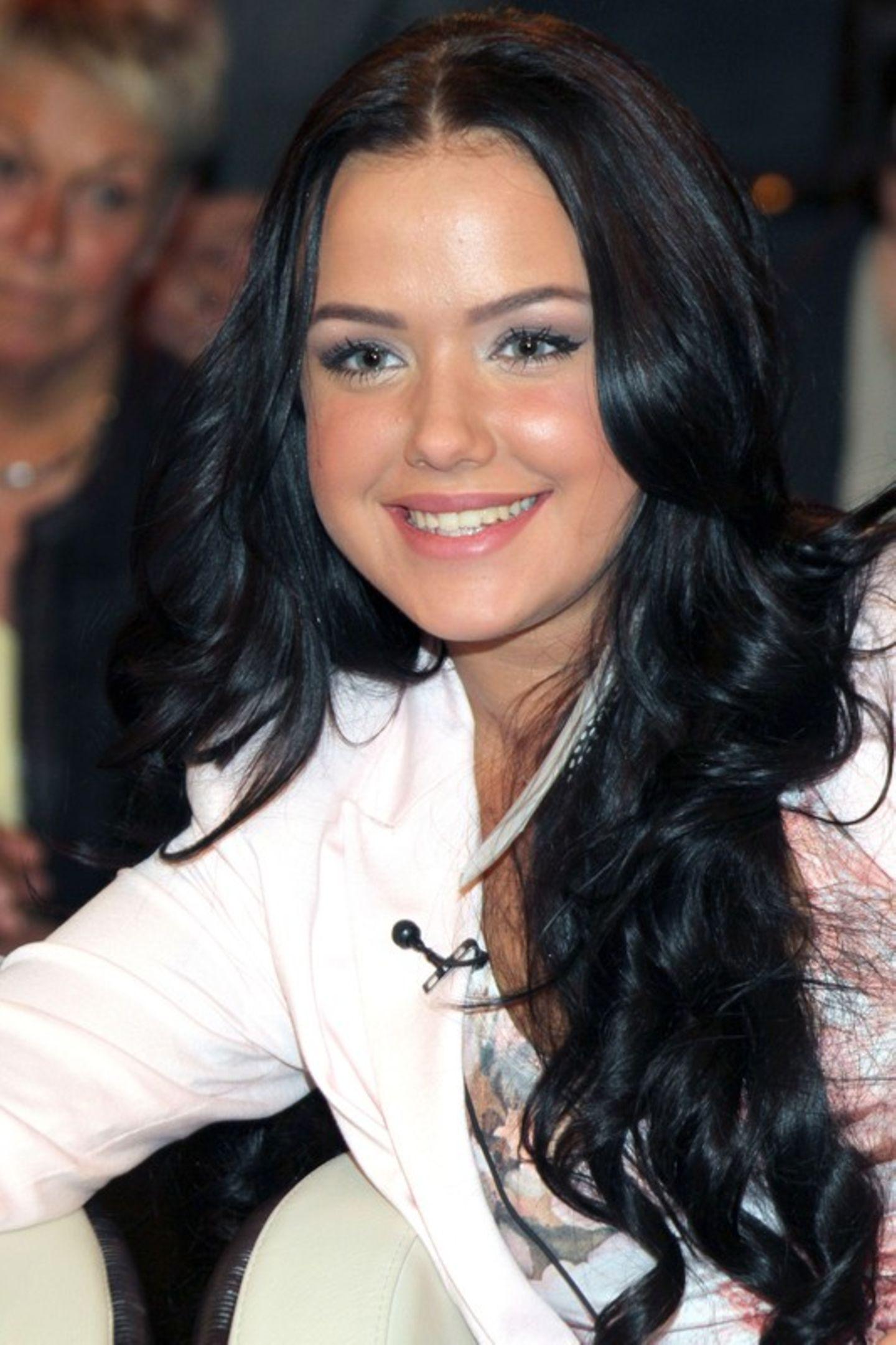 Im Jahr 2012 erschien die Ex-DSDS-Teilnehmerin Kim Gloss zur ZDF Sendung mit Marcus Lanz mit dunkel gefärbten Haaren und einem schlichten Augen-Make-up. Für die Sängerin ist das Thema Beauty bis heute ein essentieller Bestandteil ihres Lebens. Acht Jahre später ...