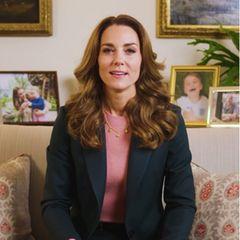 Herzogin Catherine begeistert in einem Video von der Royal Foundation nach längerer Zeit mal wieder mit einem etwas auffälligerem Make-Up. Ihr pinker Lippenstift, der perfekt auf ihren Pullover abgestimmt ist, bringt ordentlich Farbe in den aktuell wohl eher tristen Home-Office-Tag. Wie erfrischend!