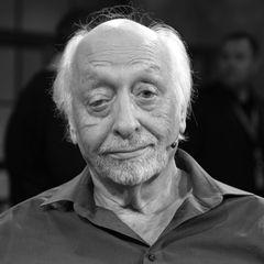 """23. November 2020: Karl Dall (79 Jahre)  Der beliebte Entertainer ist tot.Karl Dall hat am 11. November, kurz nach dem Drehstart für einen Gastauftritt in der Telenovela """"Rote Rosen"""", einen Schlaganfall erlitten, von dem sich der Komiker nicht mehr erholen konnte. Sein Humor und auch sein Markenzeichen das hängendeAugenlid bleiben unvergessen."""