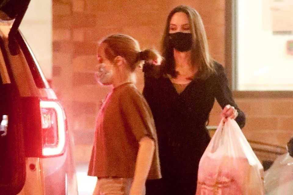 23. November 2020  Angelina Jolie und ihre Tochter Vivienne kaufen in einem Geschäft für Künstlerbedarf in Glendale jede Menge ein. Das stylische Duo trägt die Errungenschaften zum wartenden Auto.