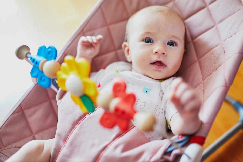 Babywippe, Baby, Babywippe mit Spielzeug oben