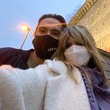 """21. November 2020  Tom Kaulitz und Heidi Klum bestaunen im ehemaligen Reichsbahnbunker in Berlin mit Heidis Kindern die """"Boros Collection"""", eine private Sammlung zeitgenössischer Kunst. Ein Pärchen-Selfie zur Erinnerung wirdfür Instagram auch noch schnell gemacht."""