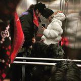 22. November 2020  Tom Kaulitz, Heidi Klum und Hund Anton fahren Fahrstuhl. Anton nimmt dabei aufgrundseiner Größe jede Menge Platz ein, denn der Irische Wolfshund gehört mit zu den größten Hunderassen der Welt.