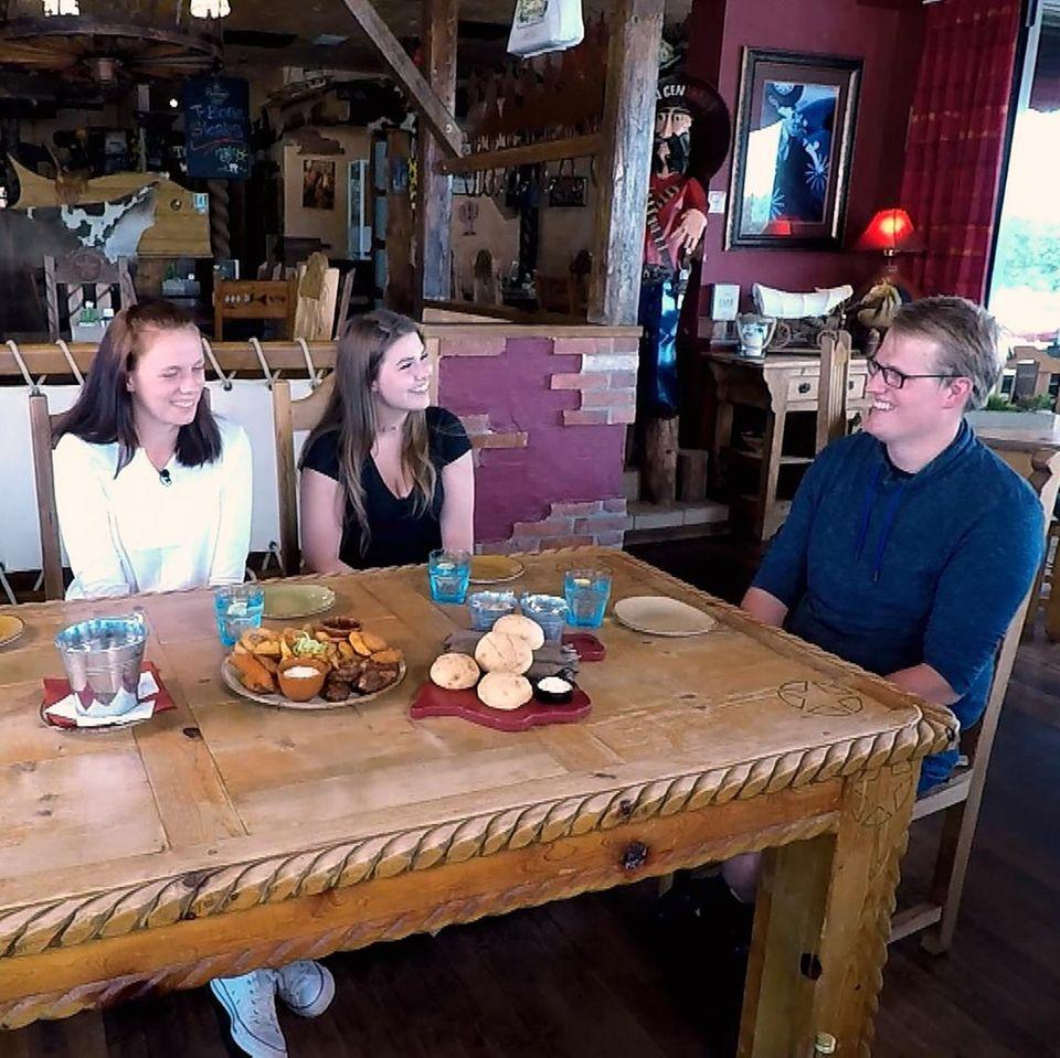 """Christina, Dana und Jaqueline """"Jacky"""" wollen Simon bei """"Bauer sucht Frau"""" kennenlernen - zu sehen auf RTL und TVNow."""