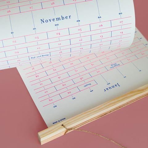 """Es geht wieder los: Die Suche nach DEM perfekten Kalender für 2021. Wie wäre es denn mit einem echten Unikat? Die zweiseitig gestalteten """"Days and Dots""""-Wandkalender werden manuell im Siebdruckverfahren hergestellt, sodass jeder Kalender zum Unikat wird. Natürliche und hochwertige Materialien wie ungestrichenes Papier treffen auf unbehandeltes Holz und eine natürliche Kordel - die Umwelt wird es Ihnen danken. Ca. 30 Euro."""