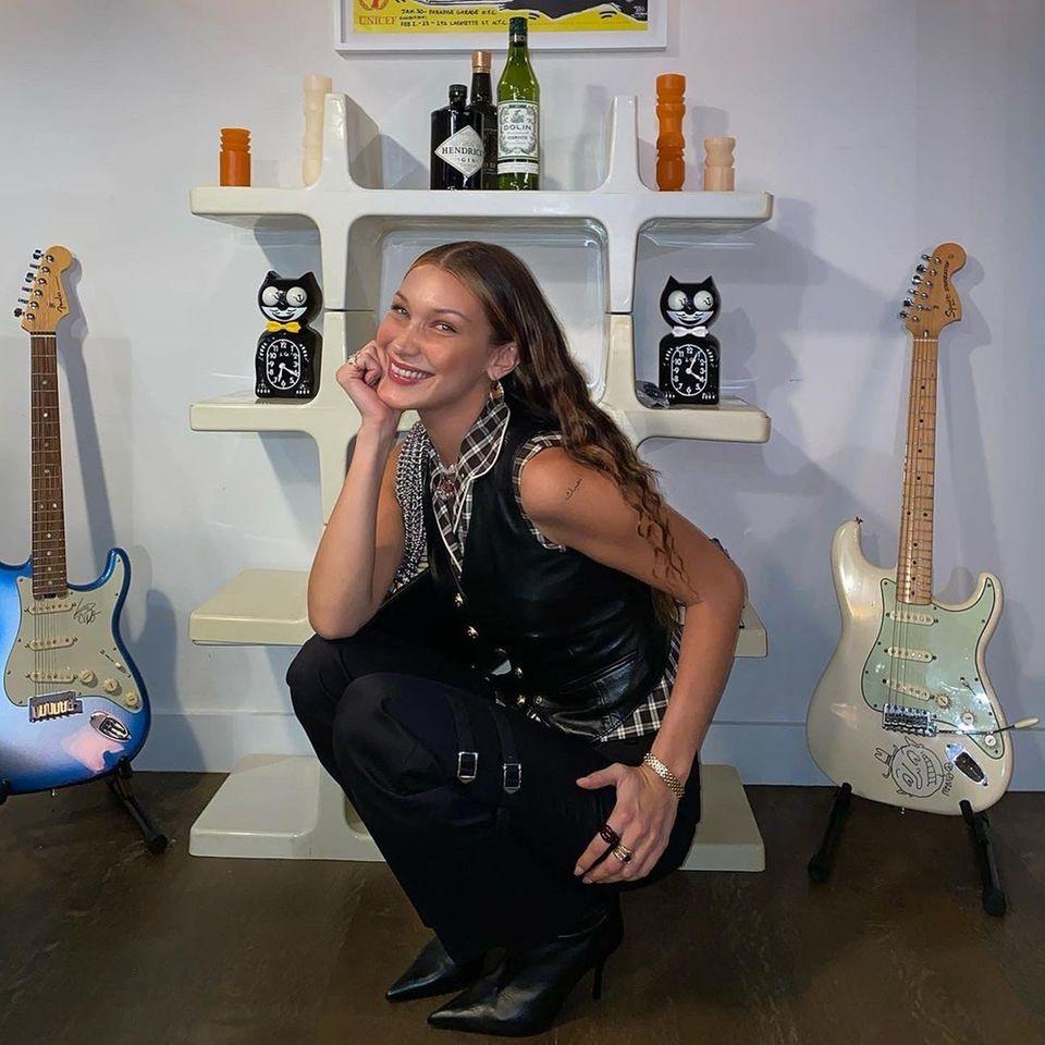 Bella Hadid zeigt stolz ihre neuen Tätowierungen: Es sind zwei arabische Schriftzeichen auf ihren beiden Schultern ...