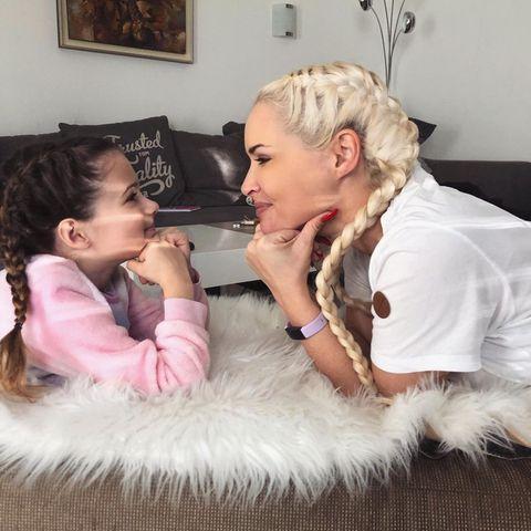 """Dieser Blick spricht Bände: Nicht nur, dass Daniela Katzenberger und ihre fünfjährige Tochter Sophia ein Herz und eine Seele sind, das Mutter-Tochter-Duo scheint sich auch gerne im Twinning-Look zu zeigen. Mit geflochtenen Zöpfen in Blond und in Brünettsind sie derzeit der Hingucker auf Instagram. Dazu schreibt Daniela: """"Mein Leben"""" - und wir schmelzen dahin."""