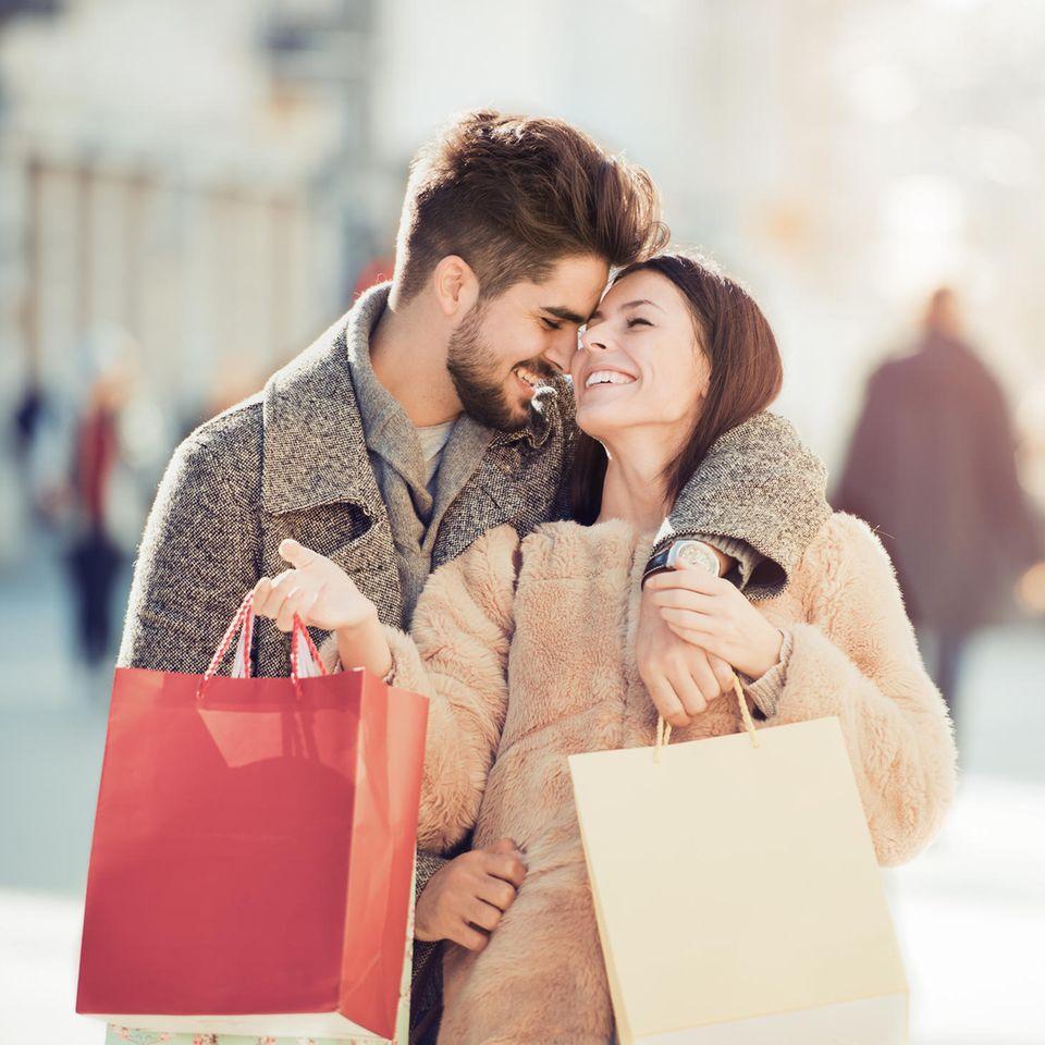 Glückliches Paar beim Shopping, Herbstshopping, erfolgreiches Shoppen