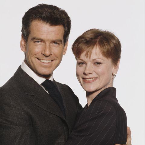 """Pierce Brosnan + Samantha Bond im Jahr 1990 für den 007-Film """"Die Welt ist nicht genug""""."""