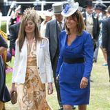 Zwei Jahre zuvor glänzt Carole Middleton, die Mutter von Herzogin Catherine, in dem gleichen ultramarinefarbenen Kleid beim Pferderennen in Ascot. Vielleicht hat Kate das Outfit so gut gefallen, dass ihre Mutter sich dazu entschlossen hat, es ihr zu schenken. Oder aber die beiden teilen einfach den gleichen Modegeschmack. Bereits in der Vergangenheit glänzte das Mutter-Tochter-Duo in ähnlichenLooks.