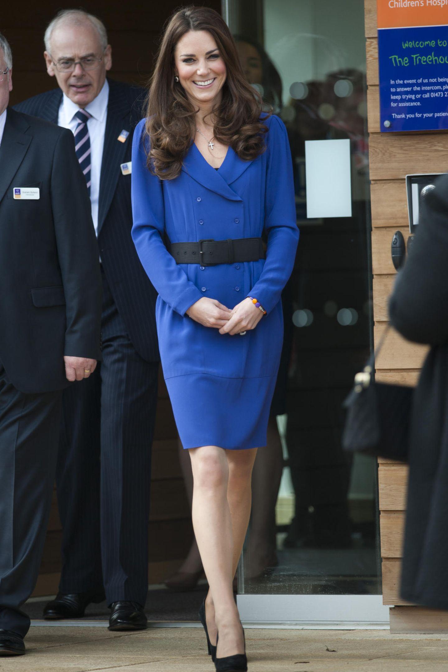 Herzogin Catherine trägt ein blaues Kleid von Reiss