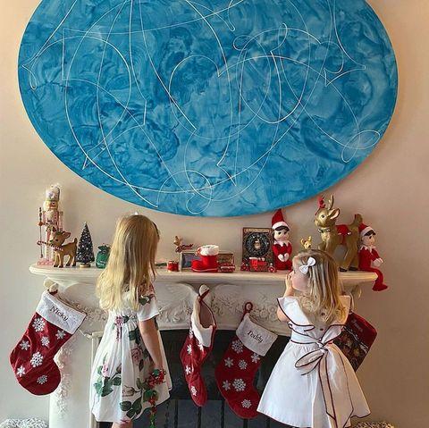Im Hause Rothschild laufen die Vorbereitungen auf Weihnachten schon auf Hochtouren. Die hübsche Dekoam Kamin scheint abzufärben: Denn Nicky Hiltons Töchter Lily-Grace und Teddy sehen optisch aus wie kleine Weihnachtselfen. Was der Nikolaus wohl in die Strümpfe füllt? Lange muss der Nachwuchs der hübschen Hotel-Erbin ja nicht mehr warten...