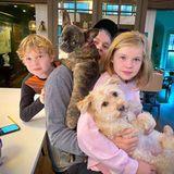 Neil Patrick Harris macht es sich dieses Thanksgiving mit seinem Mann David Burtka, den Zwillingen Gideon und Harper und den Familienhunden zu Hause gemütlich.