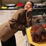 Hailey Bieber ist sichtlich stolz auf ihren ersten, von ihr zubereitetenTruthahn.