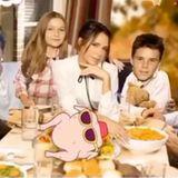 Bei Familie Beckham kommenin diesem Jahr nur dank Photoshop alle gemeinsam an einen Tisch.