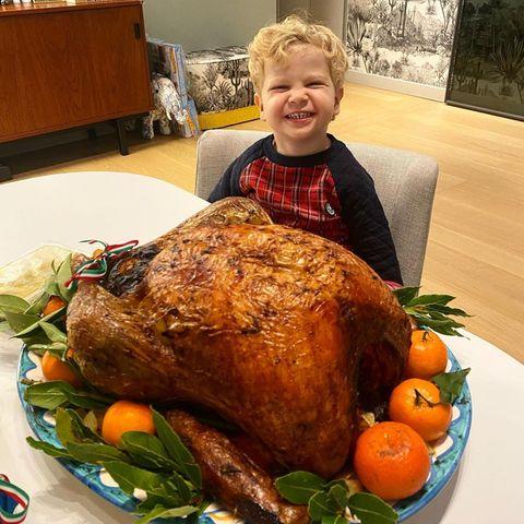 Der kleine Leo freut sich wie ein Honigkuchenpferd über den riesigen Truthahn, den Mama Chiara Ferragni auf den Tisch gebracht hat.