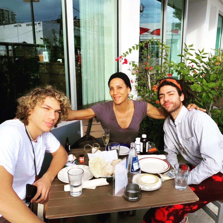Auf Instagram postet Barbara Becker zu Thanksgiving ein Foto mit ihren Söhnen Elias und Noah.
