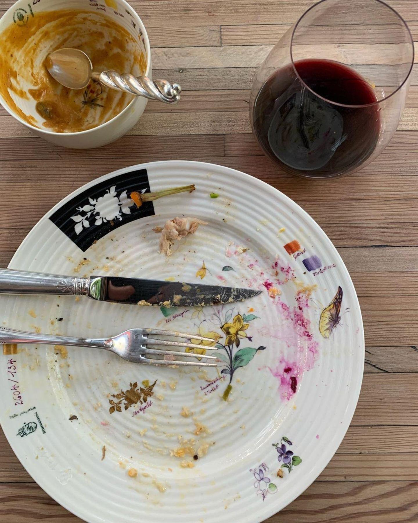 Der Rest vom Fest: Charlize Theron hat das Festessen schon verputzt und zeigt den Fans nur noch ihren leeren Teller.