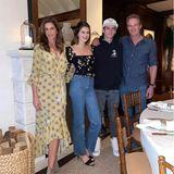 Bevor sich Cindy Crawford mit ihren Kids Kaia und Presley und Ehemann Rande Gerber an den gedeckten Tisch setzt, wird noch schnell ein Familienfoto geschossen.