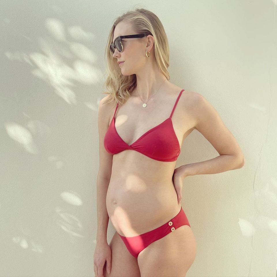 Da ist sie ja, die kleine Kugel! Bald-Papa Joshua Kushner postet stolz auf Instagram ein Bild seiner schwangeren Freundin Karlie Kloss - das Model trägt nur einen roten Bikini, der Bauch ist mittlerweile zu erkennen.