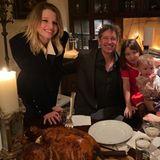 Das Familienfoto von Familie Jovovich-Anderson zum Thanksgiving-Fest zeigt nämlich, dass aus der kleinen Ever (l.) eine richtige junge Dame geworden ist. Mittlerweile dürfte die 13-Jährige schon selbst so groß sein wie ihre Topmodel-Mama. Ob sie selbst mal ins Modelbusiness gehen möchte, ist noch nicht klar, derzeit trainiert sie lieber Taekwondo.