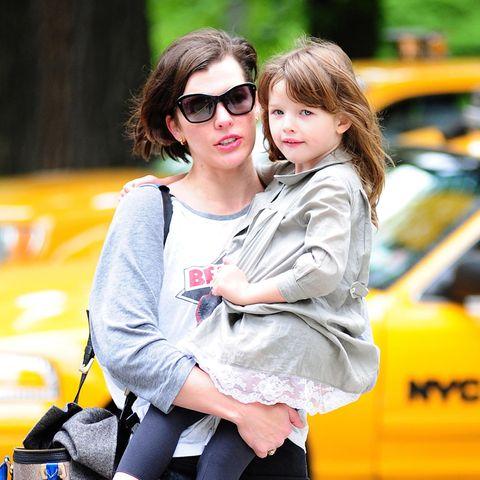 Im Mai 2012 hat Milla Jovovichs erste Tochter Ever Gabo noch gerade so auf Mamas Arm gepasst. Tragen kann Milla sie jetzt aber nicht mehr.