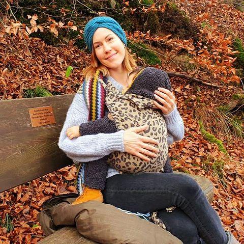 29. November 2020  Beim Waldspaziergang mit der Familiein Bad Harzburg kann Wolke Hegenbarth mit ihrem süßen Avi neue Kraft tanken. Und die Bank, auf der sie sich ausruhen, ist eine ganz besondere. Die wurde nämlich dort von ihrer bereits verstorbenen Großmutterfür müde Wanderer hinterlassen, ein Ort, an den die gesamte Familie immer wieder zurückkommen kann.