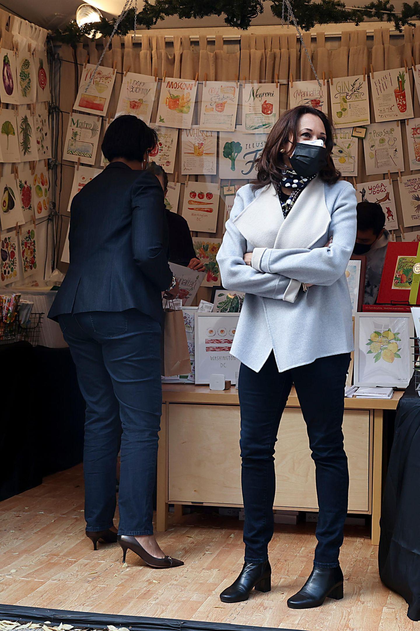 Die zukünftige Vizepräsidentin ist bekannt dafür, auch gerne mal entspannter unterwegs zu sein. So zeigt sie sich beim Besuch eines Weihnachtsmarkts in Washington D.C. in Doubleface-Jacke, enger Jeans und klassischen Stiefeletten. Elegant, aber dennoch herrlich bodenständig!