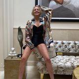 """Sharone Stone ist 62 Jahre alt – das hält sie aber noch lange nicht davon ab das zu tun, was sie will. Auf Instagram teilt sie diesen Schnappschuss von einem Fotoshooting im knappen Body und schreibt """"Ich bin nicht nur erstaunt, sondern auch dankbar, dass ich mich 62 immer noch modle."""" Ans Aufhören denkt sie also noch lange nicht, warum auch? Sie sieht einfach grandios aus!"""
