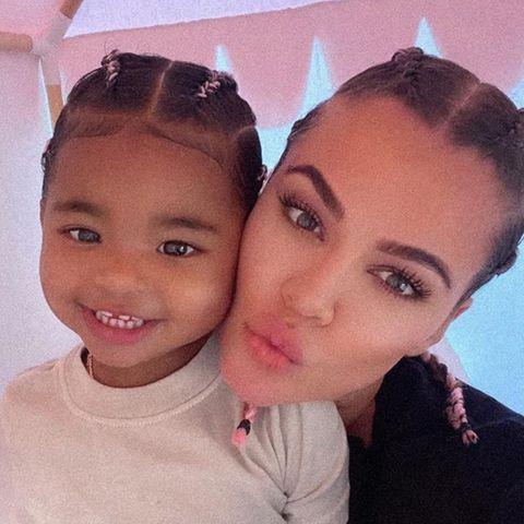 Dieser Mama-Tochter-Schnappschuss von Khloe Kardashian, 36, und der kleinen True, 2, ist einfach zuckersüß. Mit der gleichen Flechtfrisur posieren die beiden für die Kamera. Twinning is winning!