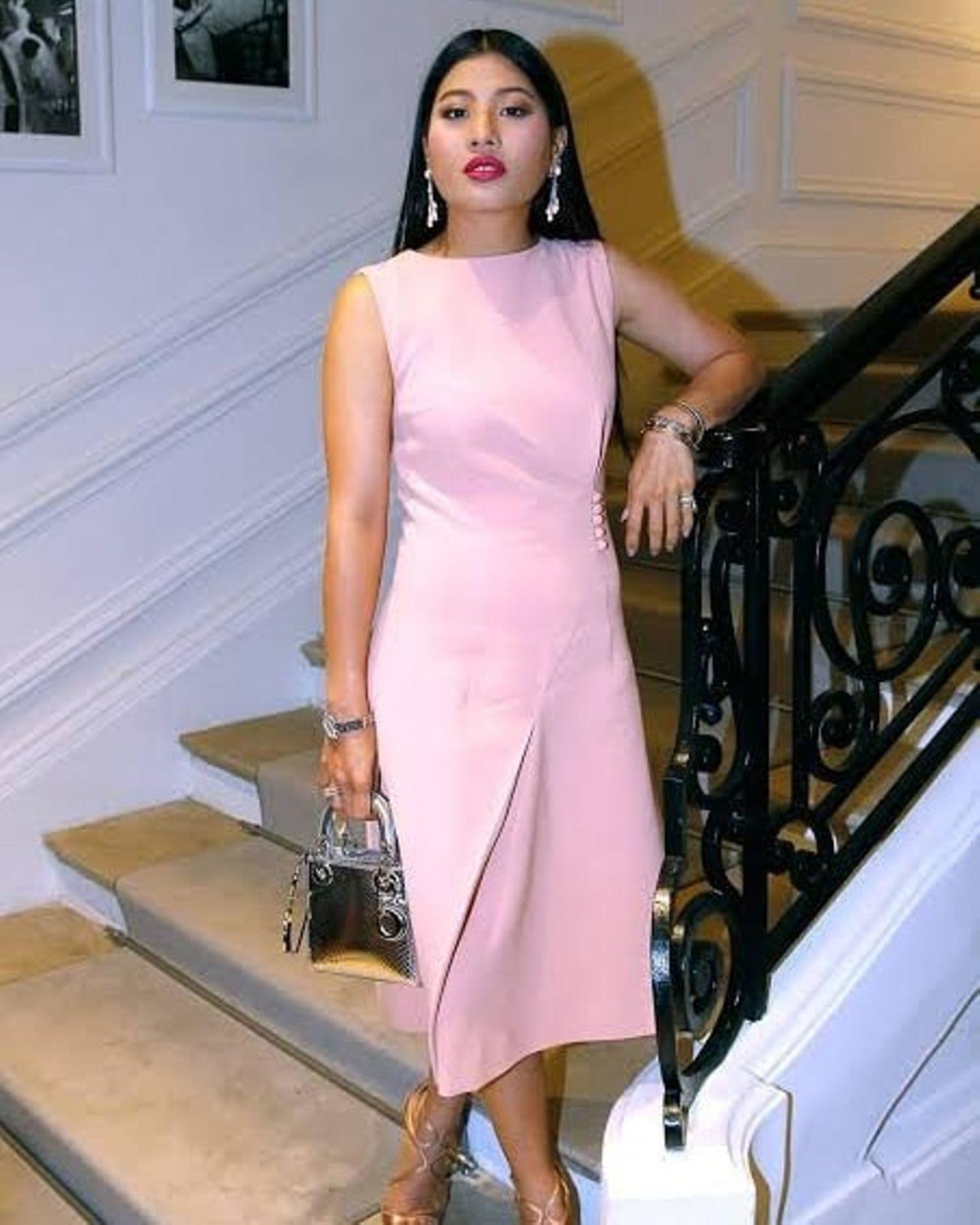 Feminin, extravagant und luxuriös: So lässt sich der Modestil der thailändischen Prinzessin am besten beschreiben. Ein Beweis dessen liefert ihr neuestes Instagram-Foto auf dem Prinzessin Sirivannavarizu einem schlichten rosafarbenen Kleid eine Tasche in Metallic-Silber, opulente Ohrringe und Pumps - ebenfalls in einem Metallicton - kombiniert. Traditionelle Kleidung sieht man an der 33-Jährigen eher selten.