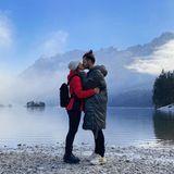"""""""Wir"""" schreibt Clea-Lacy Juhn zu dem Kussfotomit Partner Riccardo Basile, das sie auf Instagram mit ihren Fans teilt. Der Eibsee unterhalb der Zugspitze, bietet da das perfekte romantische Panorama."""