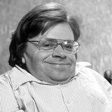 """28. November 2020: Peter Radtke (77 Jahre)  Der deutsche Autor und Schauspieler ist laut der """"Arbeitsgemeinschaft Behinderung und Medien"""" (abm) im Alter von 77 Jahren gestorben. Seit seiner Geburt litt Radtke unter der Glasknochenkrankheit und musste im Rollstuhl sitzen. Er ist der Mitbegründer des """"Münchner Crüppel-Cabarets"""" und ist besonders für seine Rollen in Kafka-Stücken bekannt."""