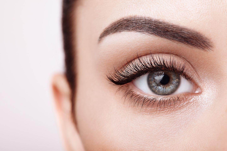 Blaue Augen mit schwarzen langen Wimpern