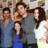 """An der Seite von Kristen Stewart und Robert Pattinson geht es von da ab auf etliche rote Teppiche und Veranstaltungen. Die Fans lieben die Jungschauspielerin. Nach dem Ende der """"Twilight""""-Dreharbeiten spielt sie 2012 im Horrorfilm-Hit """"Conjuring"""" mit und 2014 im oscarprämierten Film """"Interstellar""""."""