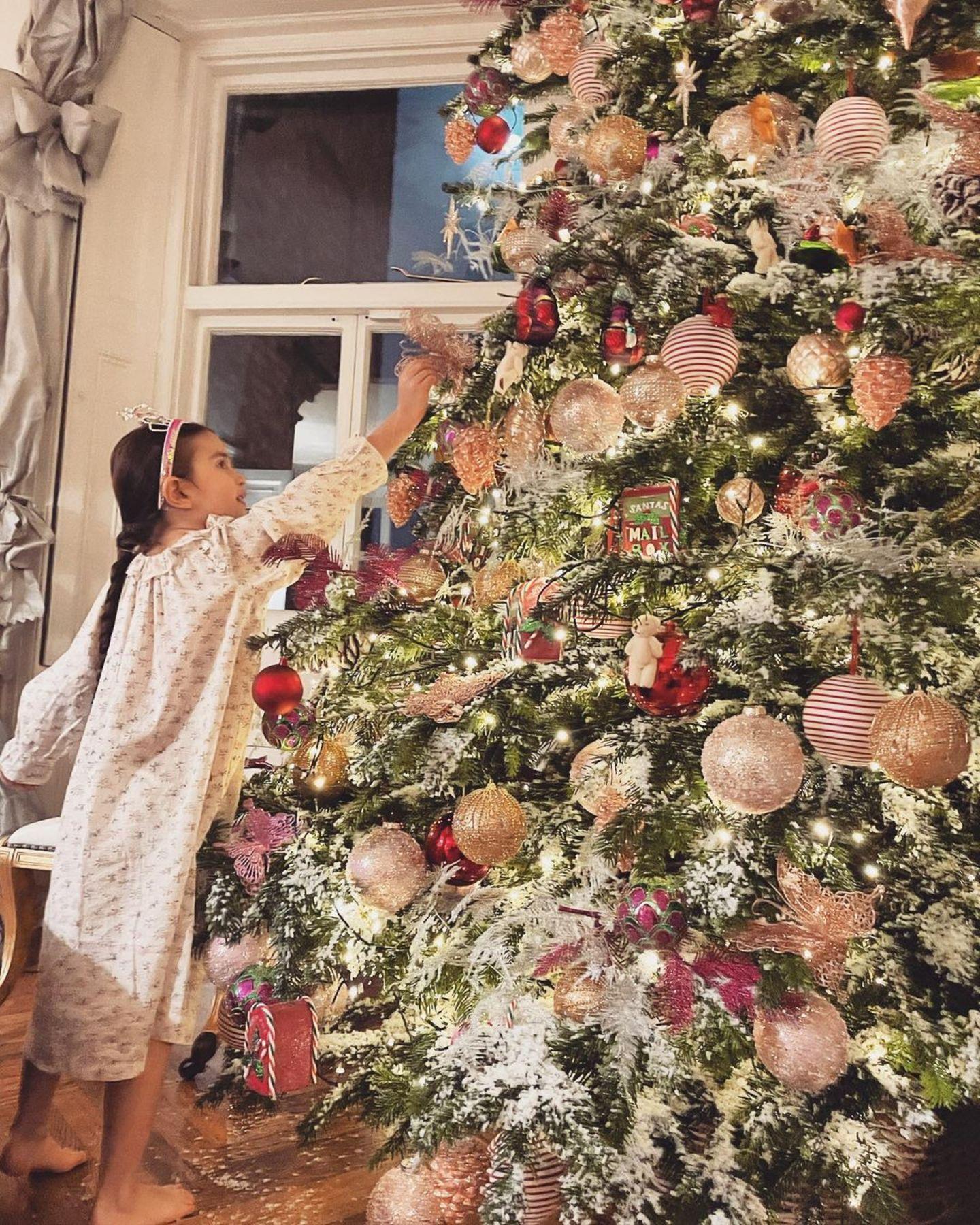 Santa hat fleißige Hilfe: Top-Stylistin Caroline Sieber und ihre Tochter Electra dekorieren den gigantischen Weihnachtsbaum mit Kugeln und Anhängern in Pastellfarben von Creme bis Rosé.