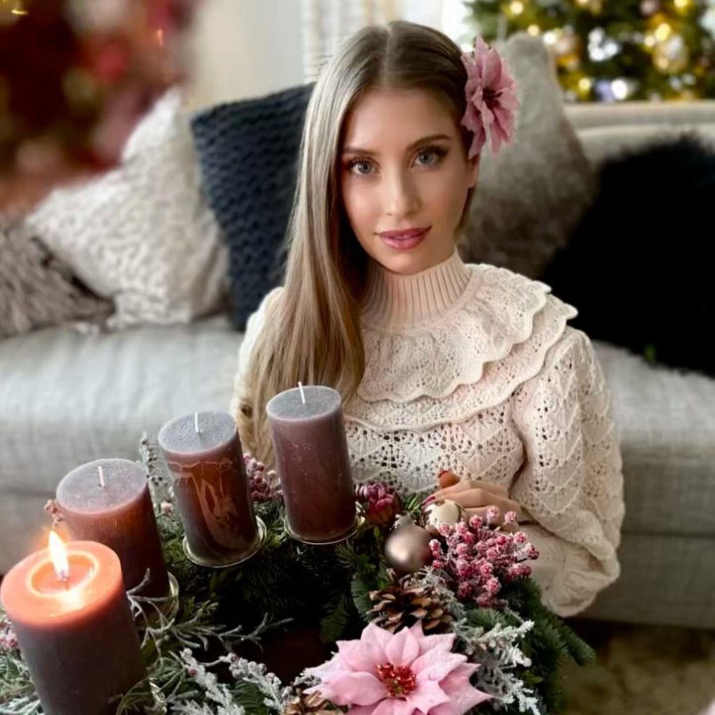 Der erste Advent im Hause Hummels offenbart die Leidenschaft der Hausherrin für sanfte Creme- und Beerentöne. Zudem scheint Cathy Hummels gar nicht genug von Strickwaren und -mode zu bekommen.