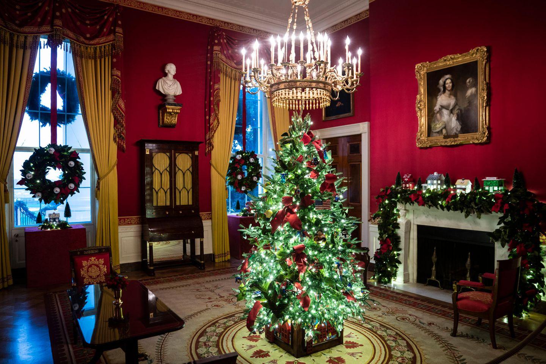 """Ob Baum, Girlande oder Kranz: Die Farbkombination Grün-Rot verleiht dem """"Red Room""""im Weißen Haus eine festliche Aura."""