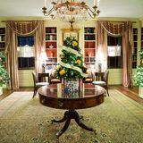 """Die Weihnachtsdekoration 2020 unter dem Motto """"America the Beautiful"""" sorgt auch in der Bibliothek des Amtssitzes des amerikanischen Präsidenten für festliche Stimmung und sanfte Beleuchtung."""