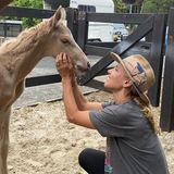 """Elsa Pataky erlebt die Geburt dieses Fohlens hautnah mit und kann das Geschehene kaum in Worte fassen. """"Einzigartige Momente"""" schreibt sie daher auf Instagram zu dem Schnappschuss mit dem erst wenige Stunden altenJungpferd."""