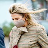 Königin Máxima trägt die perfekten Winter-Accessoires in Bordeaux