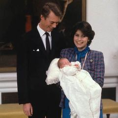 2. Dezember 1981  Stolz posieren Großherzog Henri und Großherzogin Maria Teresa von Luxemburg mit ihrem Erstgeborenen für die Kameras. Erbgroßherzog Guillaume von Luxemburg - zu diesem Zeitpunkt erst drei Wochen alt - wird am 2. Dezember 1981 in Luxemburg katholisch getauft.