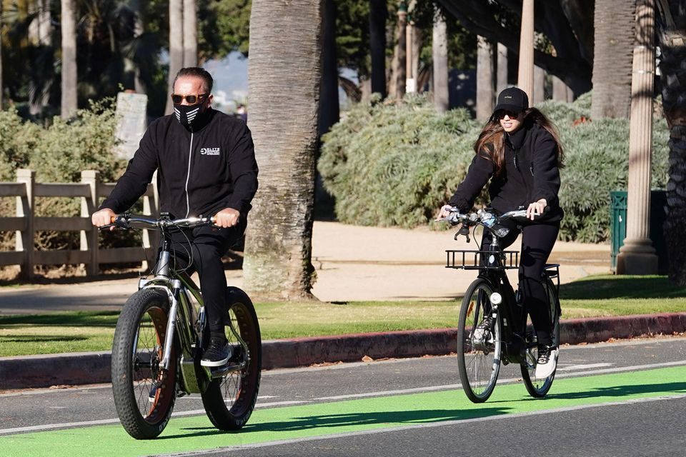 """Im Undercover-Look radelt Arnold Schwarzenegger mit Christina Schwarzenegger durch das sonnige Los Angeles. Doch kennen sie die Tochter des """"Terminator""""-Schauspielers eigentlich?"""