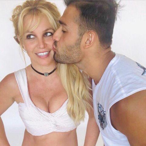 Ein Küsschen für's Geburtstagskind: Britney Spears wird heute (2. Dezember) 39 Jahre alt. Im ultraknappen Look freut sie sich über einen Knutscher von Freund Sam, die Fans freut natürlich die dralle Aussicht.